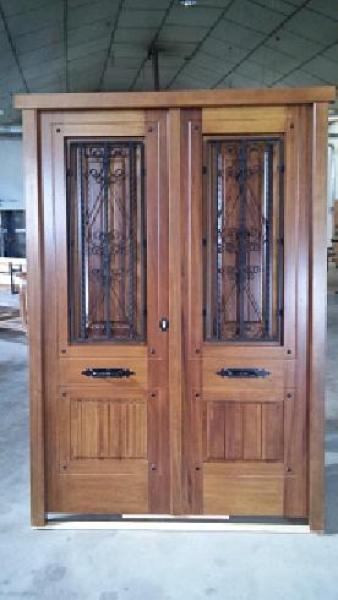 Puerta exterior en madera de iroko doble hoja ventanas for Puertas de madera con vidrio para exterior