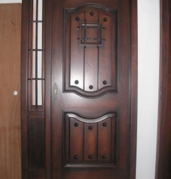 Puerta exterior en madera de iroko doble hoja ventanas for Puertas doble hoja interior madera