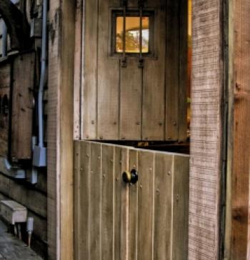 Puerta exterior en madera de iroko doble hoja ventanas for Puertas rusticas en madera